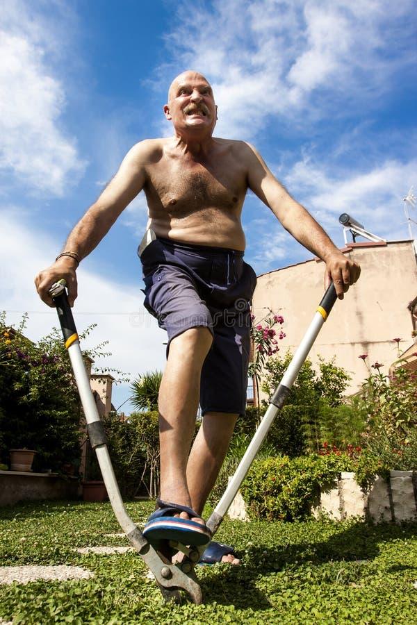 Hombre calvo subrayado que trabaja en el jardín foto de archivo