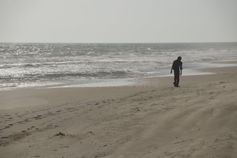 Hombre caminando en la playa de Sanguthurai imagen de archivo