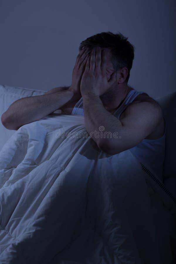 Hombre cansado con problemas del sueño fotografía de archivo