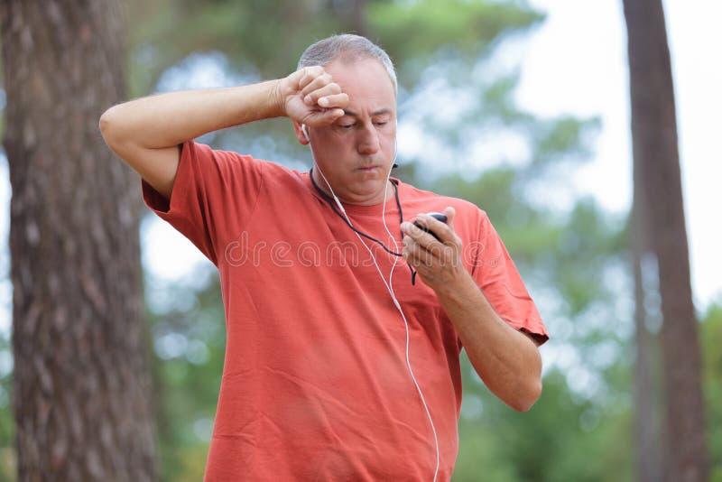 Hombre cansado en bosque fotos de archivo libres de regalías
