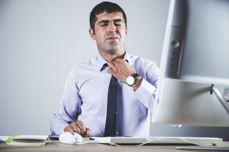 Hombre cansado en oficina fotos de archivo libres de regalías