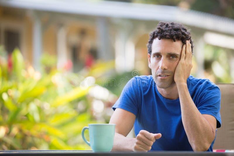 Hombre cansado en tropical al aire libre fotos de archivo
