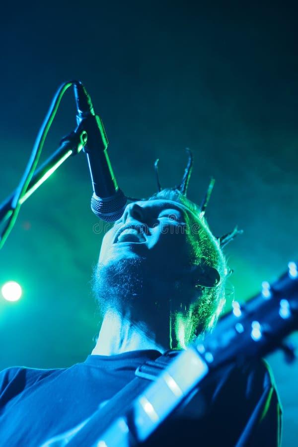 Hombre cantante con la guitarra imágenes de archivo libres de regalías