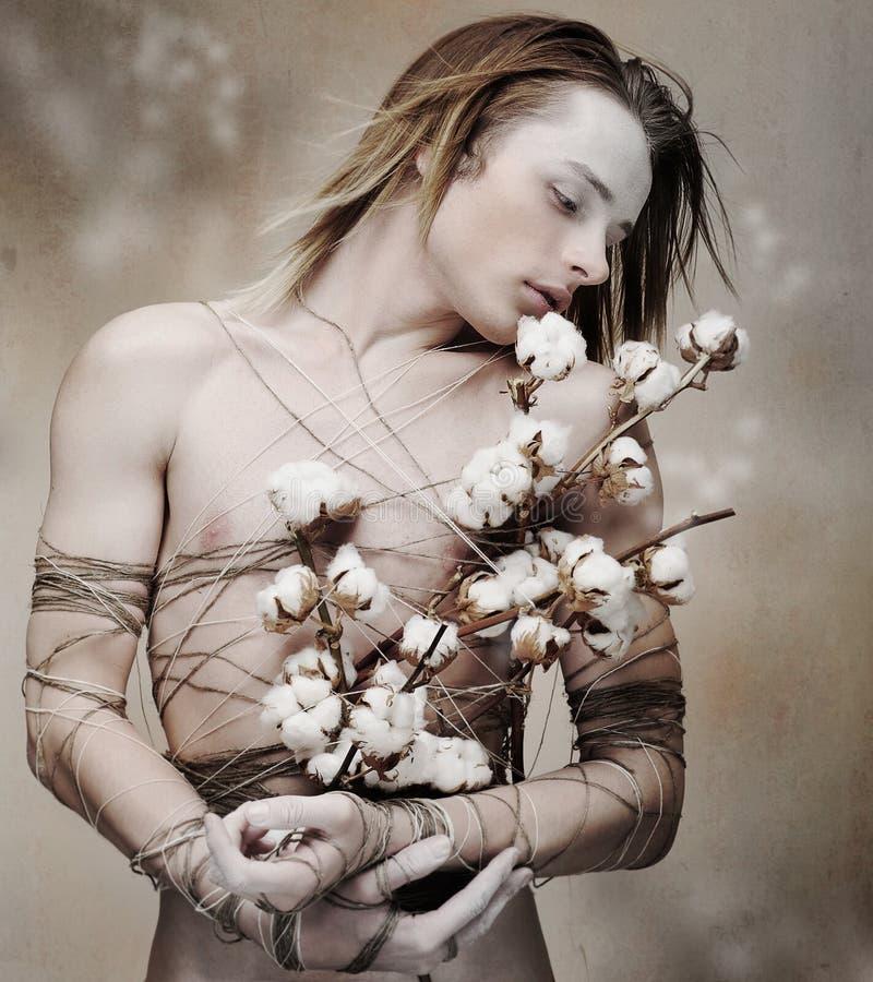 Hombre cariñoso joven estilizado con el manojo de flores florecientes. Faltas de definición imágenes de archivo libres de regalías