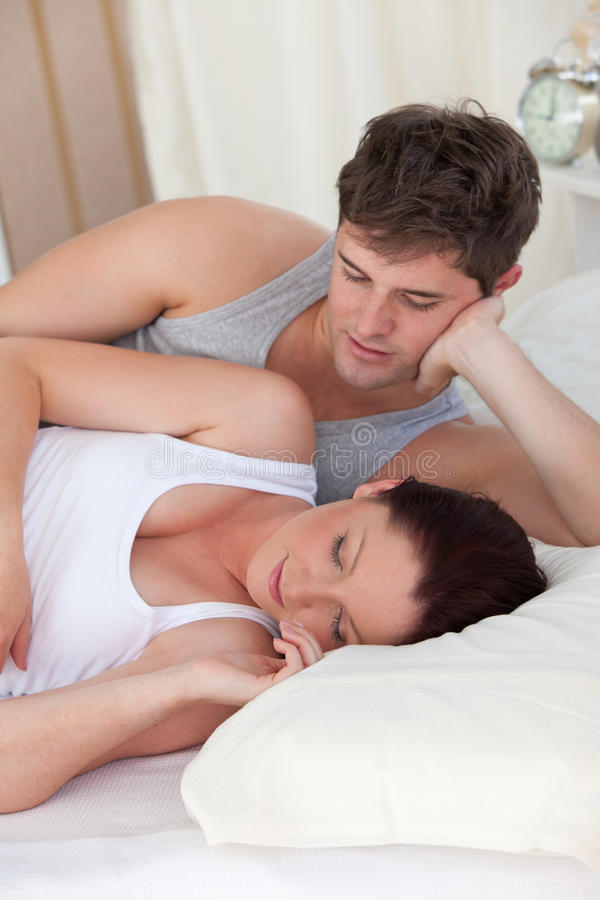 Hombre cariñoso que mira a su esposa embarazada fotos de archivo