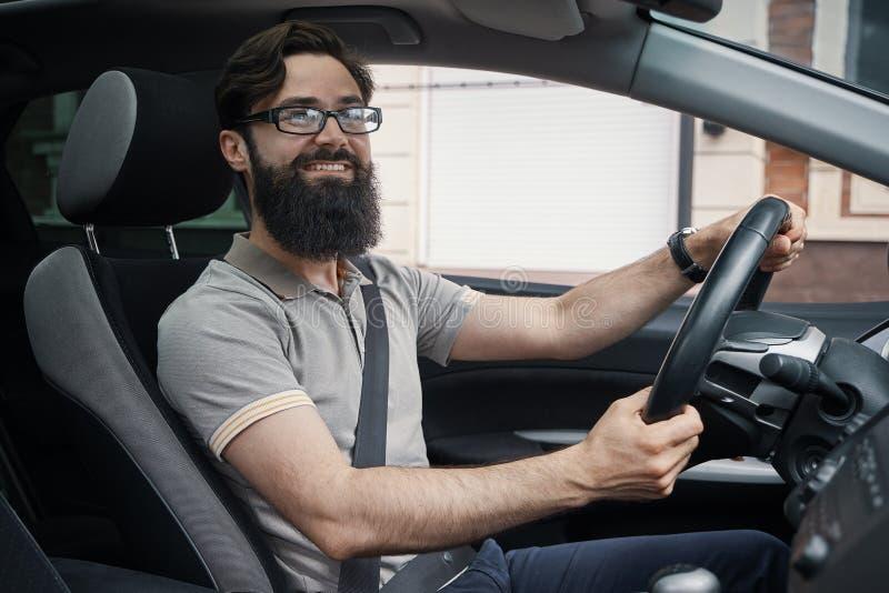Hombre carismático feliz que conduce un coche imagenes de archivo