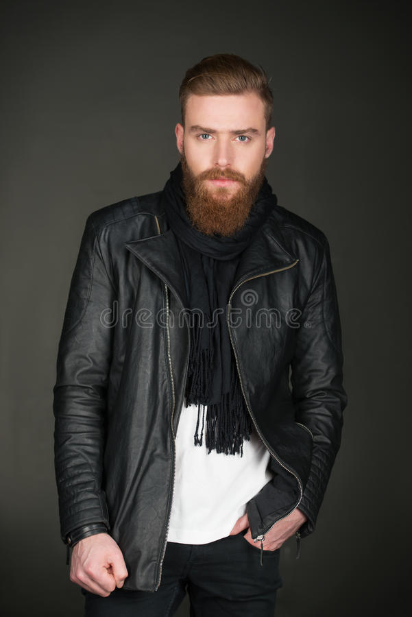 Hombre casual con la chaqueta de cuero que lleva de la barba imagenes de archivo