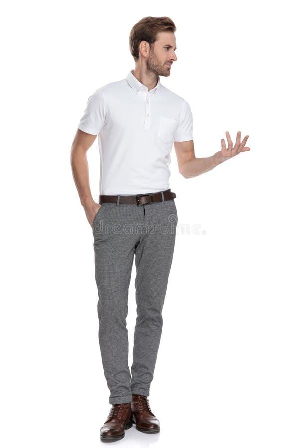 Hombre casual elegante que se coloca y que parece confuso imagen de archivo