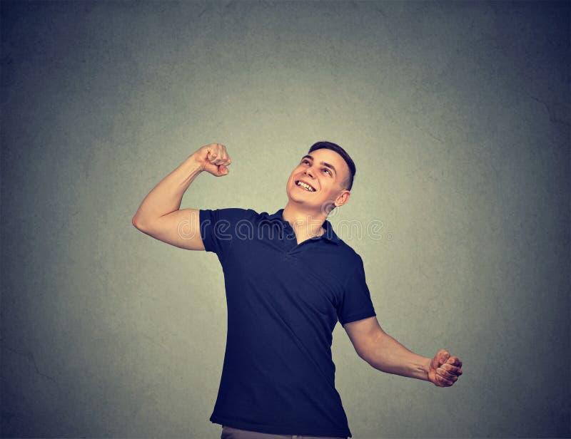 Hombre casual feliz que celebra éxito imagen de archivo libre de regalías