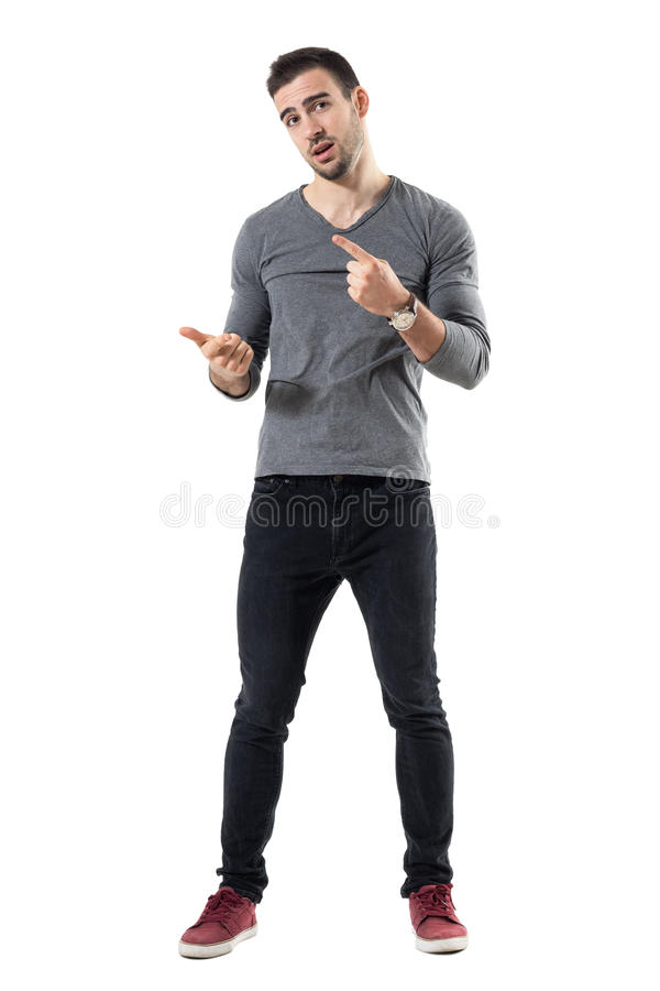 Hombre casual joven expresivo que explica y que gesticula con las manos fotografía de archivo