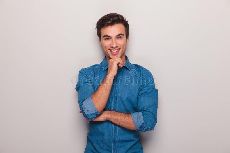 Hombre casual joven pensativo sonriente fotografía de archivo