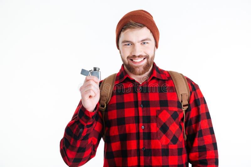 Hombre casual sonriente que sostiene el encendedor de gas fotografía de archivo libre de regalías