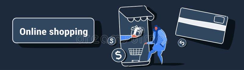 Hombre casual usando la pantalla masculina del smartphone de la tarjeta de la carretilla de la tenencia del cliente del concepto  stock de ilustración