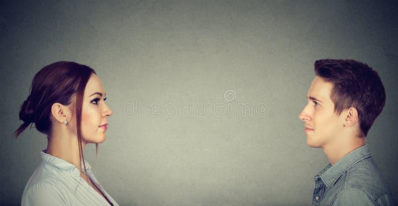 Hombre casual y mujer que miran uno a fotografía de archivo