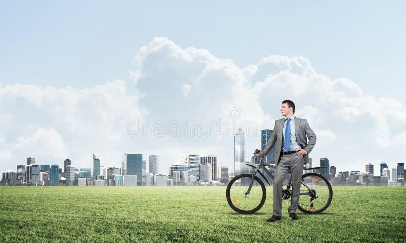 Hombre caucásico apuesto en traje de negocios fotografía de archivo