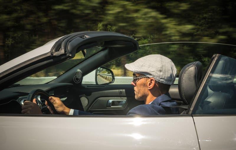 Hombre Caucásico Conduciendo En Coche Deportivo En Carretera De País imagen de archivo