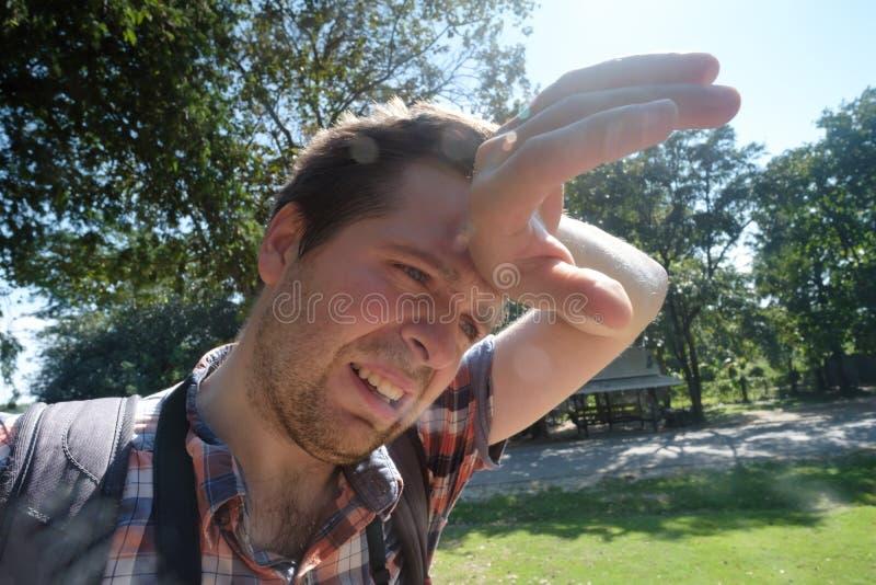 Hombre caucásico debajo del sol brillante caliente fotos de archivo
