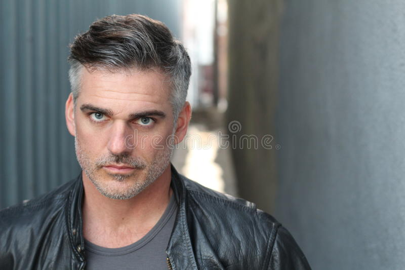 Hombre caucásico hermoso maduro con el pelo gris fotografía de archivo