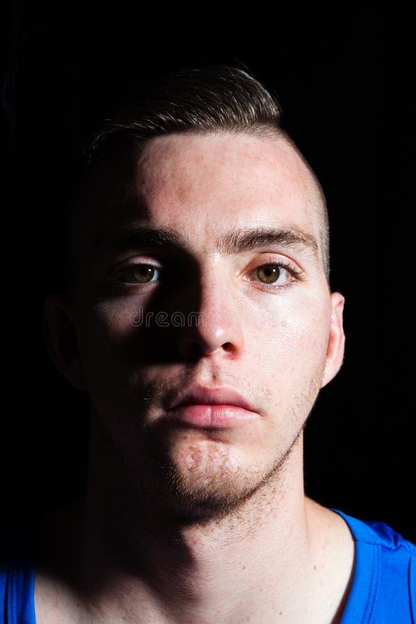 Hombre caucásico joven con el contacto visual fotografía de archivo libre de regalías