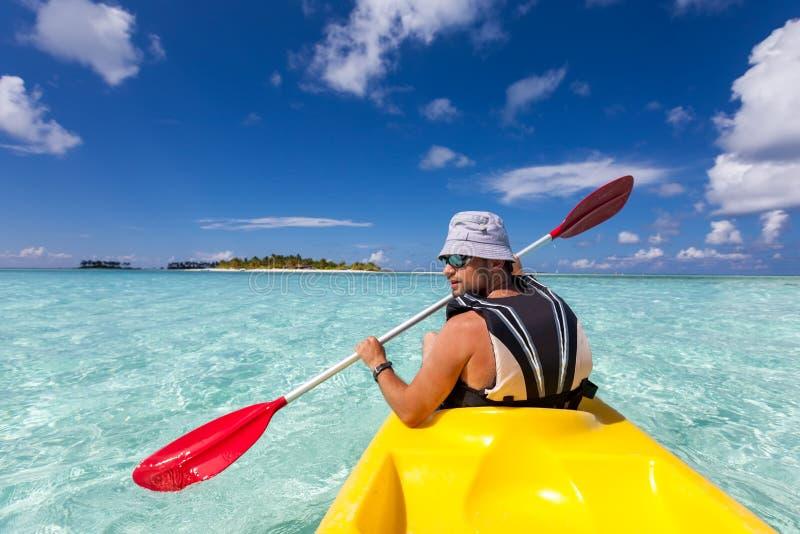 Hombre caucásico joven kayaking fotografía de archivo libre de regalías