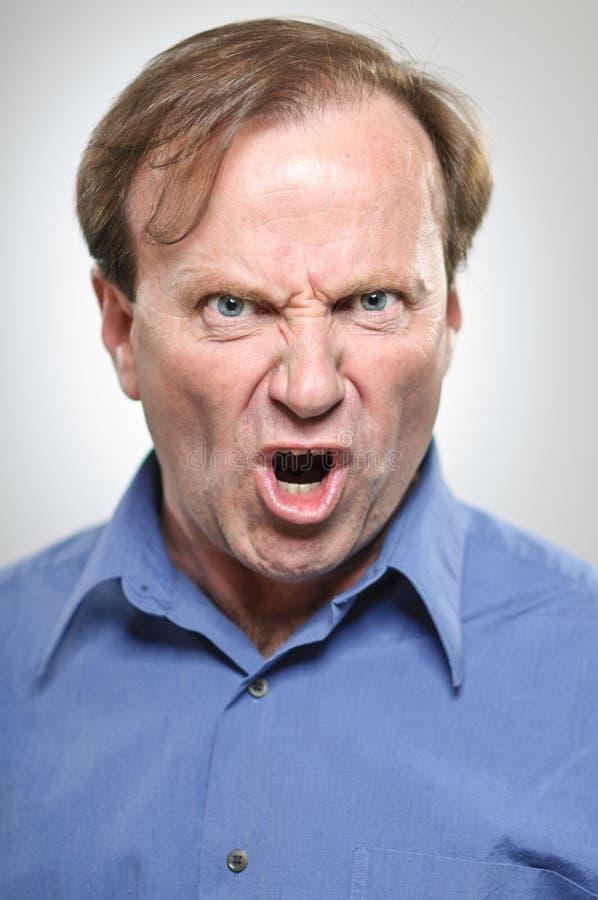 Hombre caucásico maduro que grita airadamente foto de archivo libre de regalías