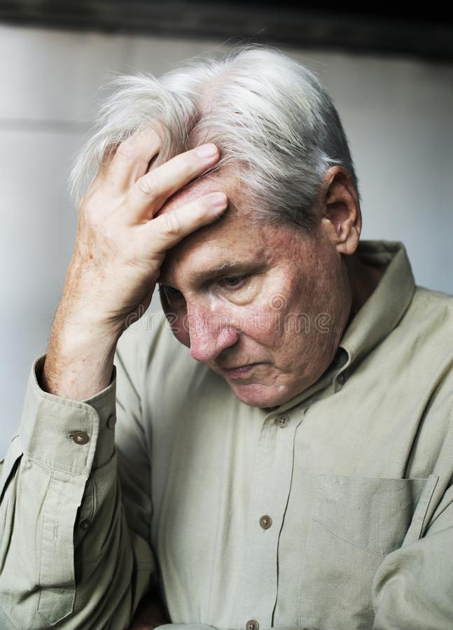Hombre caucásico mayor con la expresión pensativa preocupante imagenes de archivo