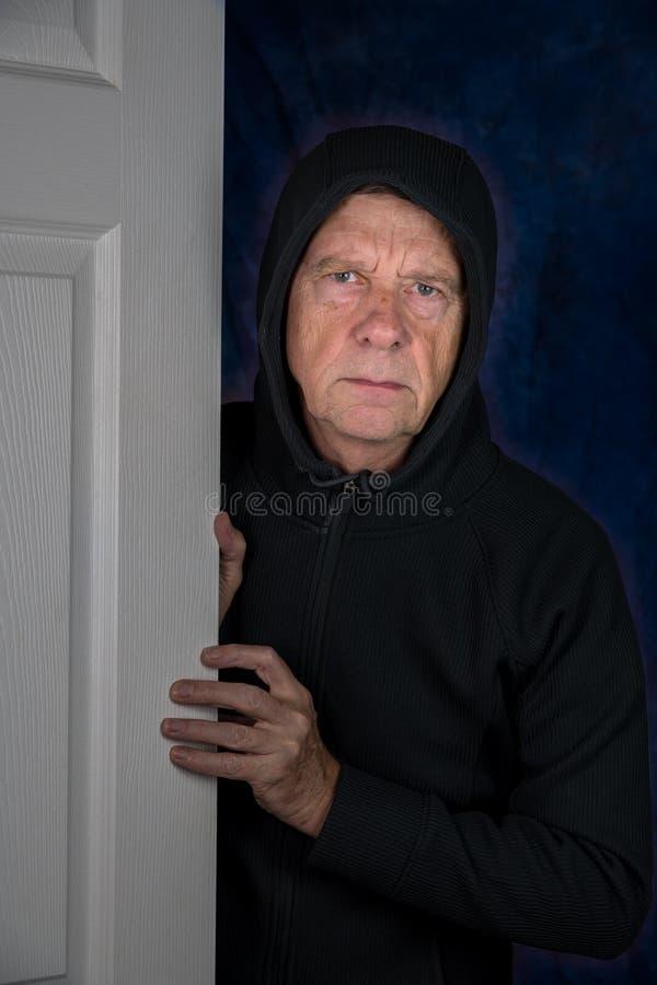 Hombre caucásico mayor que se rompe en un hogar foto de archivo