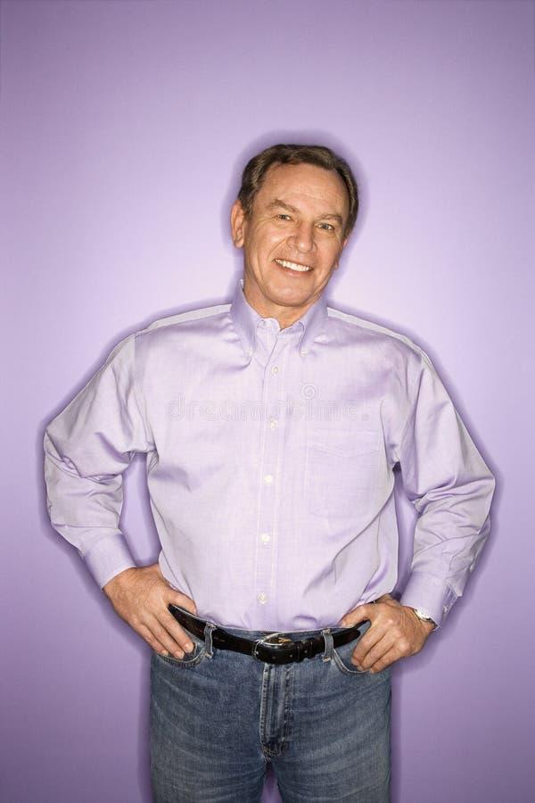 Hombre caucásico que desgasta la ropa púrpura. imagenes de archivo