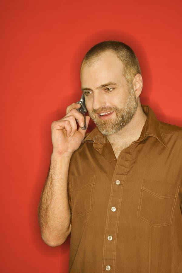 Hombre caucásico que habla en el teléfono celular. imagen de archivo libre de regalías