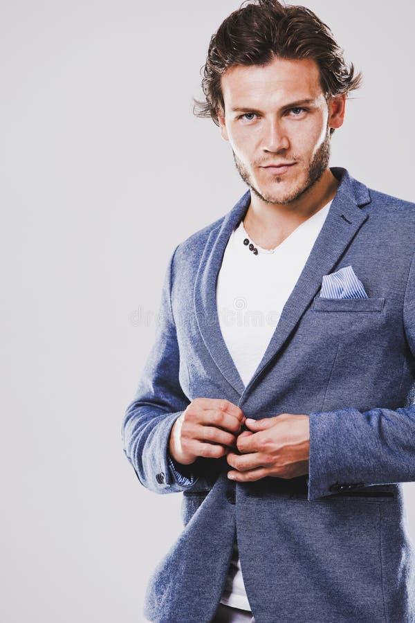 a37ebb8a186e Hombre caucásico que lleva la camisa blanca de la chaqueta azul y hairsty  de moda imagen