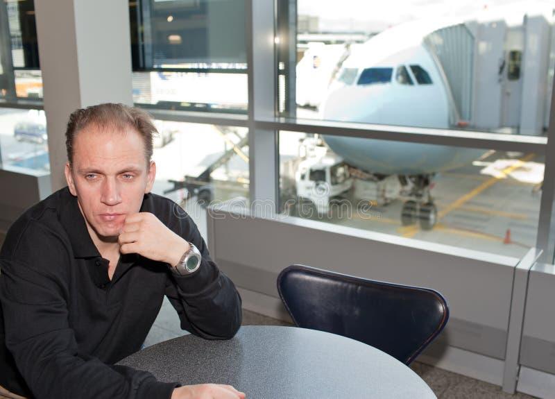 Hombre cerca de una ventana. Aeropuerto. fotos de archivo libres de regalías