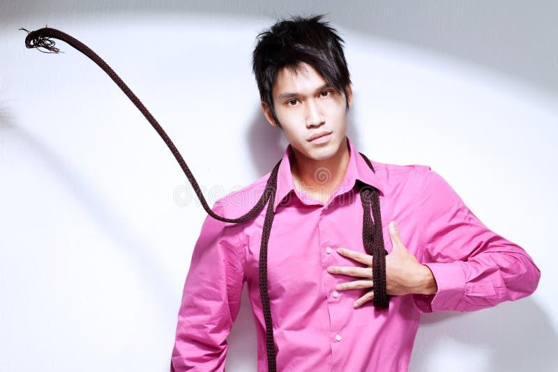 Hombre chino joven de Metrosexual en camisa rosada foto de archivo libre de regalías