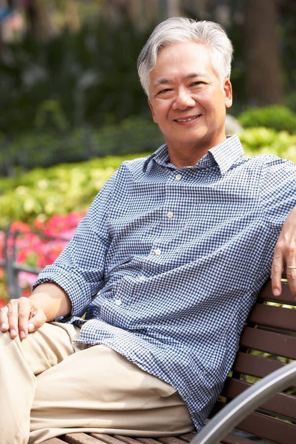 Hombre chino mayor que se relaja foto de archivo libre de regalías