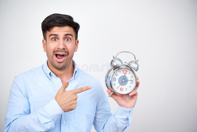 Hombre chocado con el despertador fotografía de archivo libre de regalías