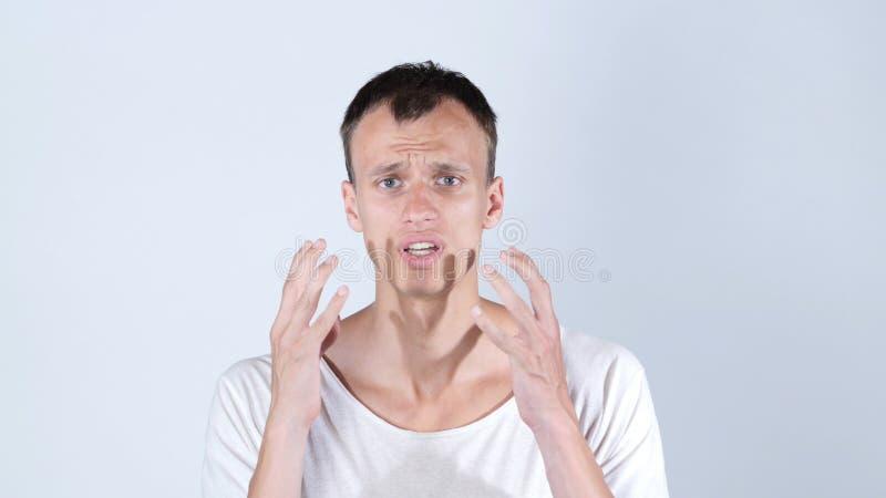 Hombre chocado en la camiseta blanca, fondo blanco fotos de archivo