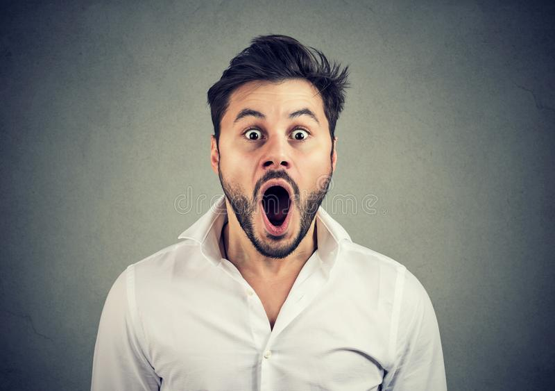 Hombre chocado estupendo con la boca abierta imágenes de archivo libres de regalías