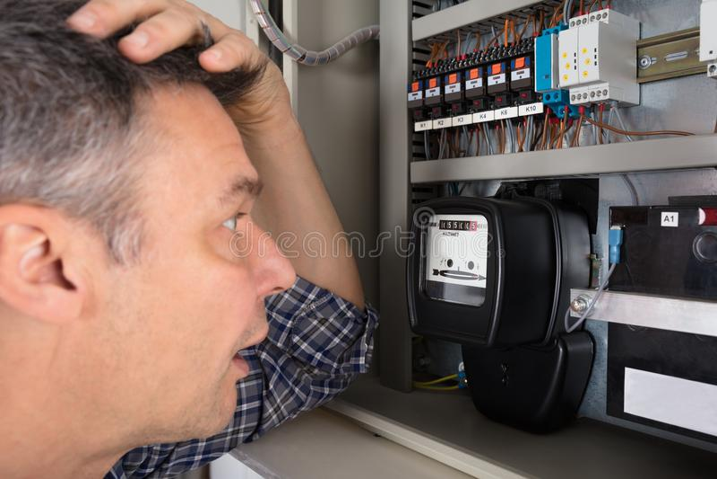 Hombre chocado que mira el metro fotografía de archivo libre de regalías