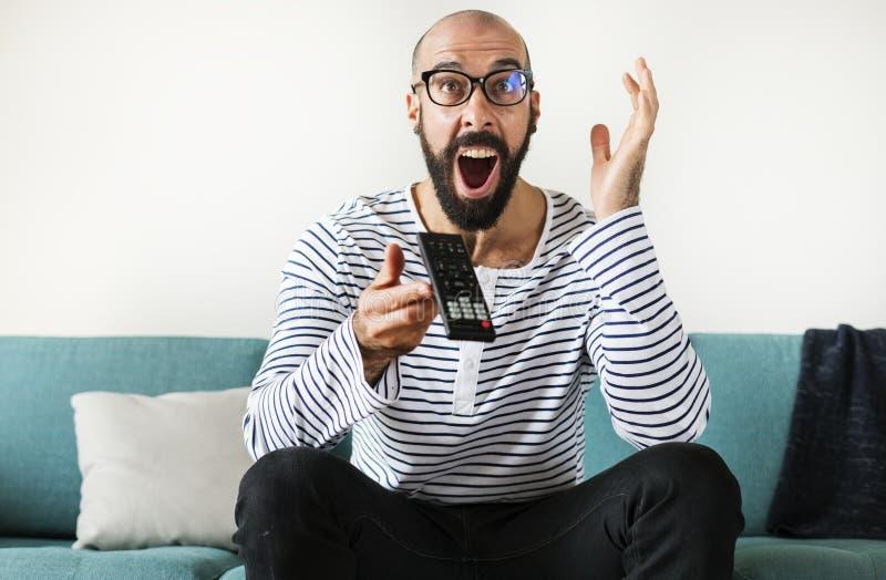 Hombre chocado que mira una película imágenes de archivo libres de regalías