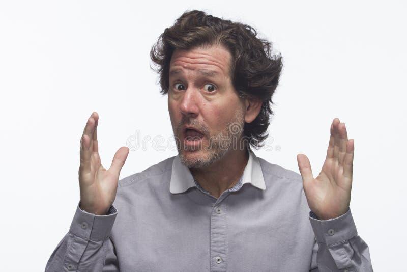 Hombre chocado y que indica tamaño con las manos, horizontales imagen de archivo libre de regalías