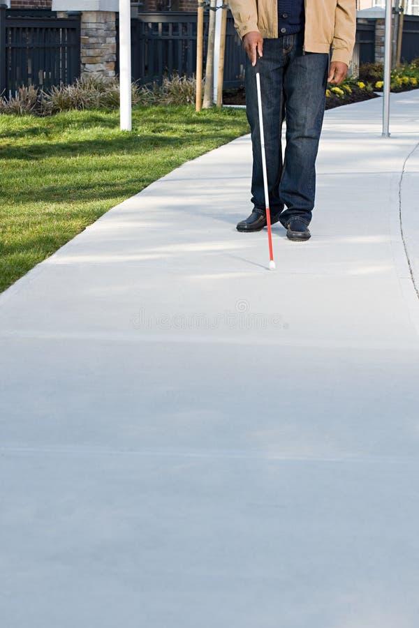 Hombre ciego que camina con un palillo foto de archivo