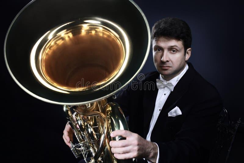Hombre clásico del retrato del músico con la tuba imagen de archivo libre de regalías