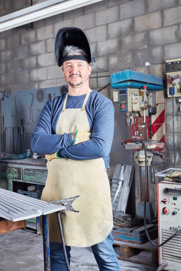 Hombre como el soldador y metalúrgico imagen de archivo