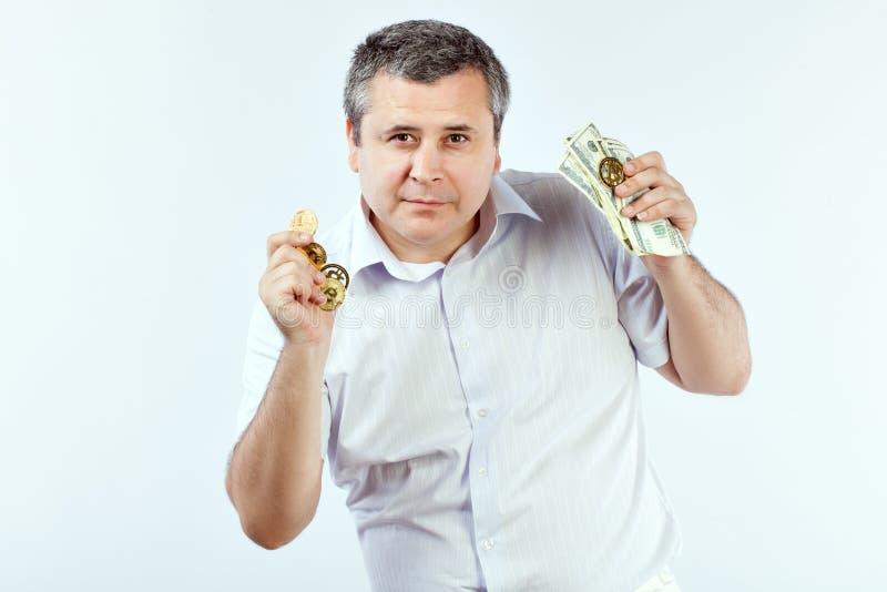 Hombre con Bitcoins imagen de archivo