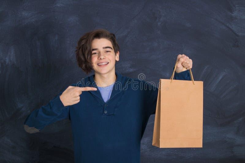 Hombre con bolsa de compras fotografía de archivo libre de regalías