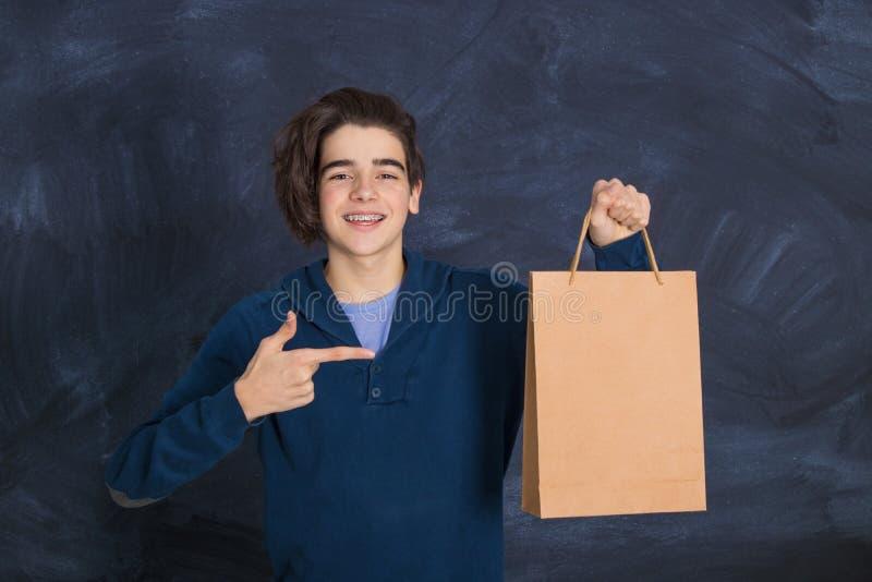 Hombre con bolsa de compras imagenes de archivo