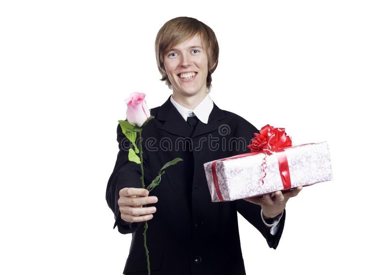 Hombre con color de rosa y presente imágenes de archivo libres de regalías
