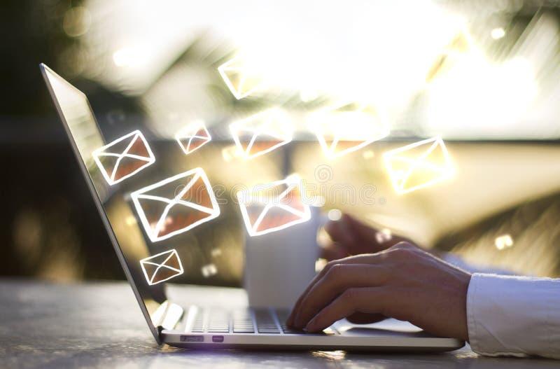 Hombre con concepto del ordenador portátil y del correo electrónico