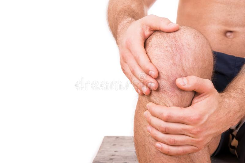Hombre con dolor de la rodilla fotos de archivo