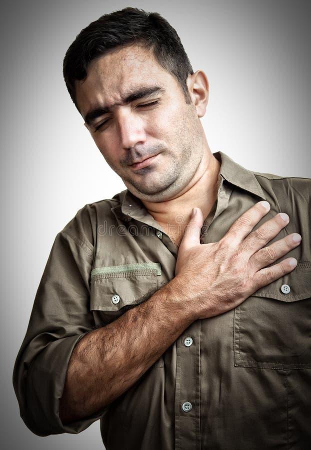 Hombre con dolor o tener de pecho un ataque del corazón fotos de archivo