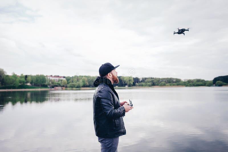 Hombre con el abejón con la cámara imágenes de archivo libres de regalías